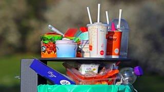 Abfallkorb mit Plastik- und anderem Müll: Plastikmüll verschmutzt – meist nur kurz genutzt – weltweit Böden, Flüsse und Ozeane (Foto: imago images, IMAGO / Gottfried Czepluch)