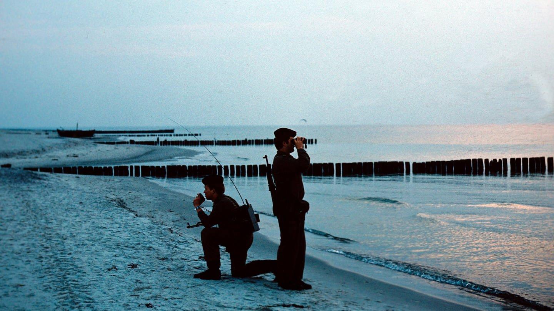 Zwei Matrosen der Grenzbrigade Küste in Rostock/Markgrafenheide bei einem Kontrollgang am Strand in der Nähe von Rostock im Juni 1978. Die Ostseeküste der DDR wurde von den Grenztruppen stark bewacht. Die Bewachung galt vorwiegend möglichen Flüchtlingen aus dem eigenen Land. (Foto: picture-alliance / Reportdienste, picture-alliance/ ZB | Hans Wiedl)
