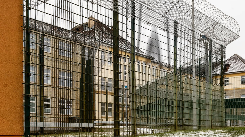 Gelände der Helios Klinik für Forensische Psychiatrie in Schleswig, umgeben von Zäunen mit Natodraht-Krone. Hier werden Menschen behandelt, die aufgrund einer bestehenden psychiatrischen Störung straffällig geworden sind.
