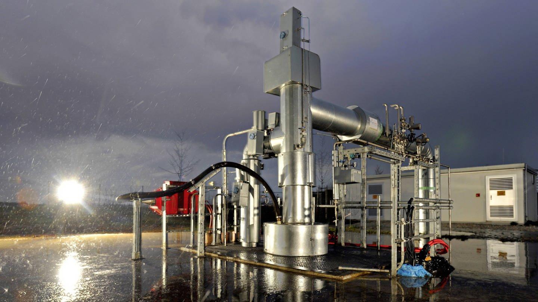 Im Geothermie-Kraftwerk Unterhaching bei München werden Fernwärme und Strom produziert. In den Röhren wird das heiße Wasser aus dem Boden gepumpt