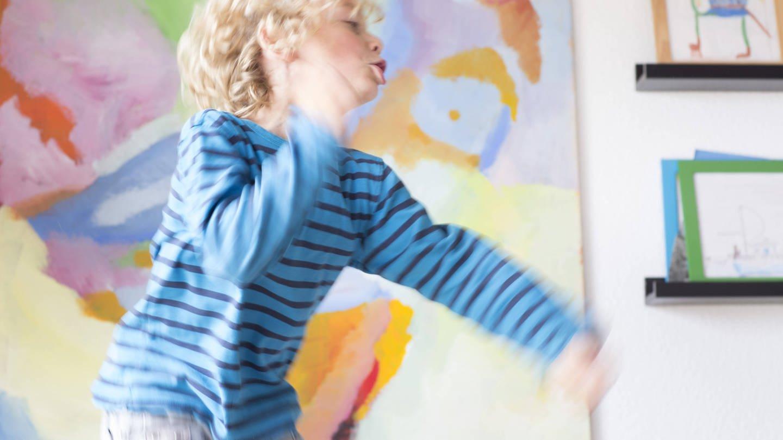 Ein Junge tobt im Zimmer: Gut 30 Jahre ist die Aufmerksamkeits-Defizit-Hyperaktivitätsstörung (ADHS) als Krankheit klassifiziert, seither wird über die Therapie dieser Verhaltensauffälligkeit gestritten.