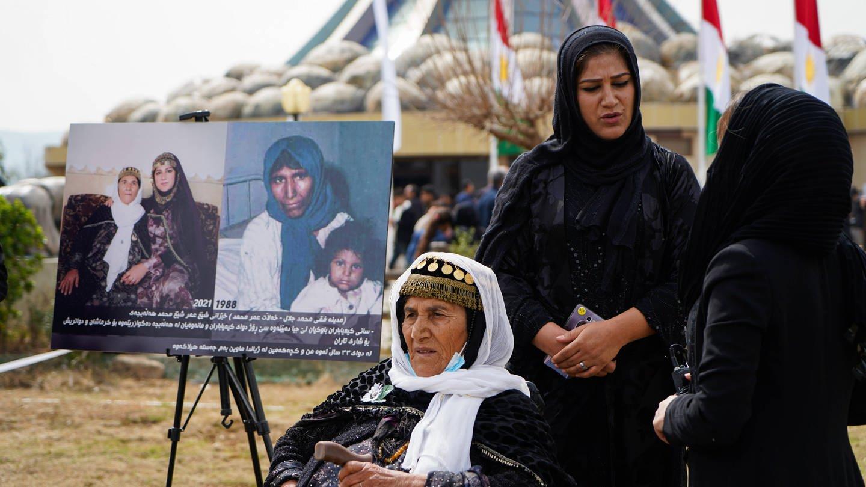 Eine Frau und ihre Tochter, die den chemischen Angriff von Halabja überlebt haben, am 16. März 2021, dem Jahrestag des Angriffs. Die irakische Luftwaffe hatte am 16. März 1988 die Stadt Halabja in der Region Kurdistan angegriffen. Fast 5.000 Menschen wurden getötet und 10.000, die meisten von ihnen Zivilisten, wurden verletzt. Noch immer leiden viele Menschen an Krankheiten und Geburtsfehlern.