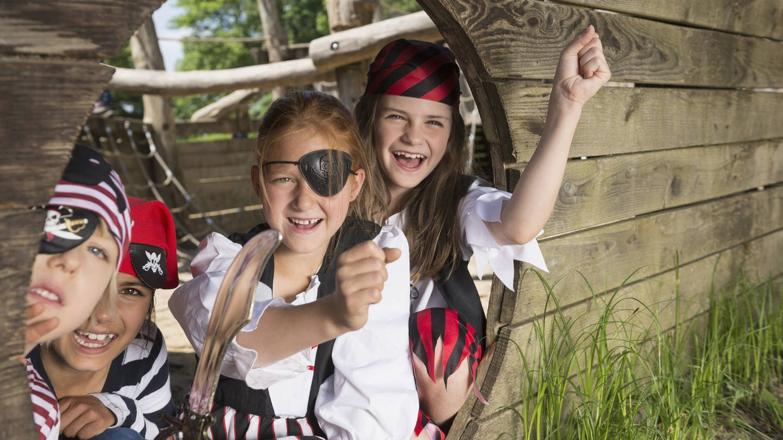 Spielende Kinder haben sich als Piraten verkleidet. Beim Spielen wird die Fantasie angestoßen, die in engem Zusammenhang mit abstraktem Vorstellungsvermögen steht.