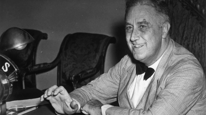 Franklin D. Roosevelt (1882 - 1945) , 32. US-Präsident (1933 - 1945), am 15.8.1938 im Weißen Haus in Washington D.C. vor seiner Rundfunkrede anlässlich des 3. Jahrestages der Verabschiedung der Sozialversicherungsgesetze im Rahmen des New Deal