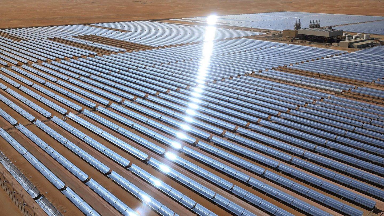 Solaranlage Shams 1 in der Wüste von Abu Dhabi / Vereinigte Arabische Emirate