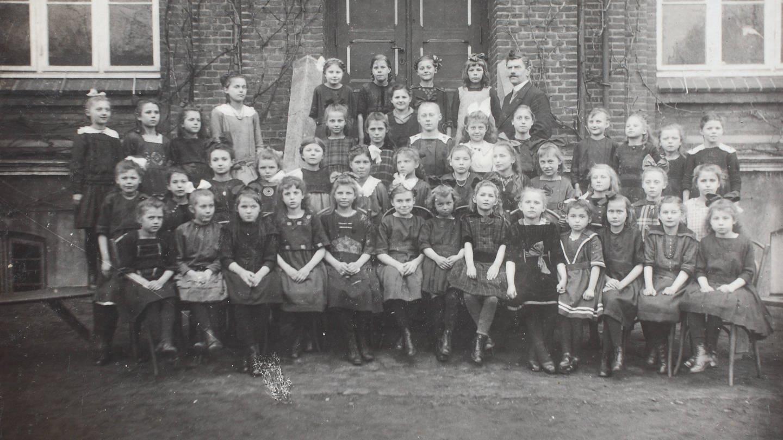 Klassenfoto einer Kieler Mädchenschule, 1917