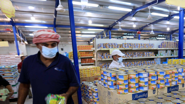 Syrische Flüchtlinge kaufen am 27. Juni 2021 in einem vom Welternährungsprogramm der Vereinten Nationen (WFP) beauftragten Supermarkt in Zaatari / Jordanien ein. Konzerne wie Bayer oder Danone, das Weltwirtschaftsforum und die Gates-Stiftung erobern über