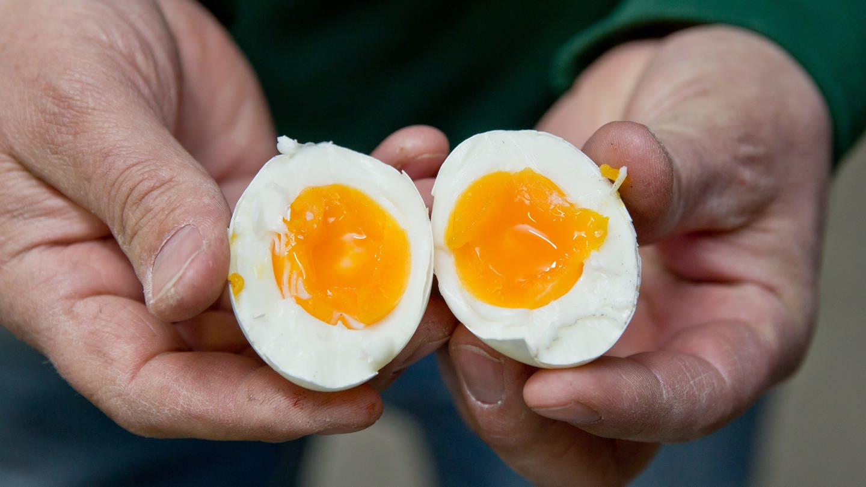 Blick auf ein aufgeschnittenes gekochtes Ei