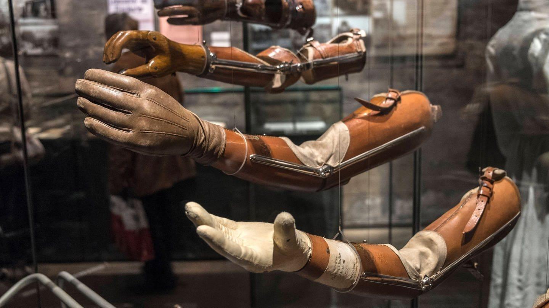 Armprothesen für Verletzte aus dem Ersten Weltkrieg (Foto: Imago, imago images/Michael Kneffel)