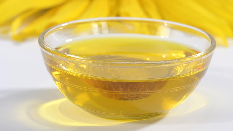 Aus billigem Sonnenblumenöl lässt sich mithilfe von Spinatextrakt, Wasabi-Paste und Pfeffer eine Olivenöl-Kopie herstellen (Foto: picture-alliance / Reportdienste, picture alliance / Arco Images GmbH)
