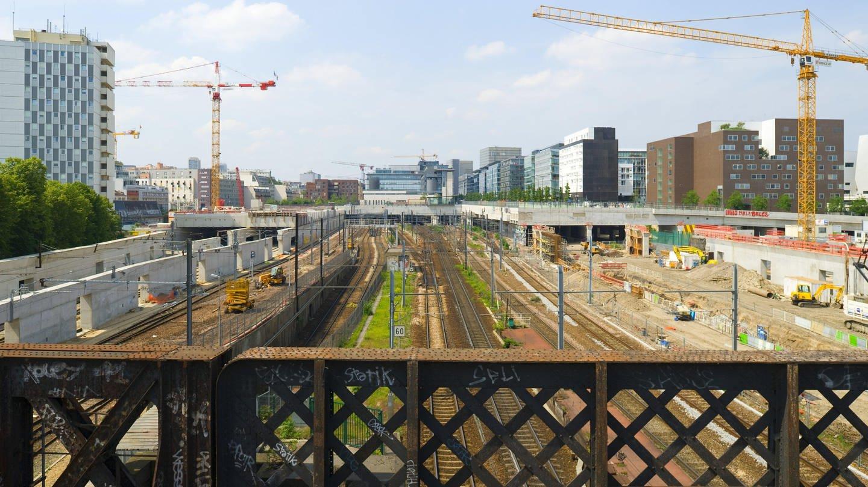 Baustellen an einem Pariser Bahnhof (Foto: Imago, imago images / viennaslide)