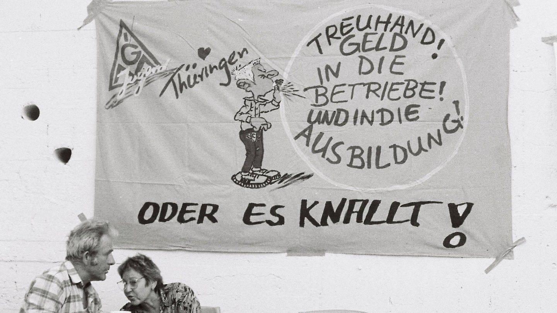 Besetzung der Treuhand Niederlassung in Suhl, Thüringen, aufgenommen am 1.7.1991 (Foto: Imago, imago images / fossiphoto)