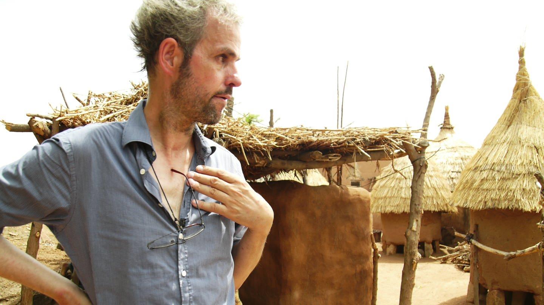 Christoph Schlingensief legt 2010 den Grundstein für das Operndorf in Burkina Faso (Foto: picture-alliance / Reportdienste, (c) dpa)