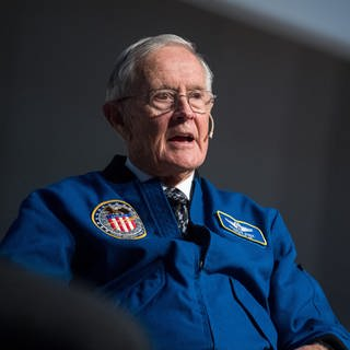 "Der Apollo-16-Astronaut, Charles ""Charlie"" Duke am 7.11.2017 während einer Diskussionsrunde bei der Raumfahrtkonferenz ""New Goals in Space"" in Stuttgart (Foto: picture-alliance / Reportdienste, picture alliance / Sebastian Gollnow/dpa)"