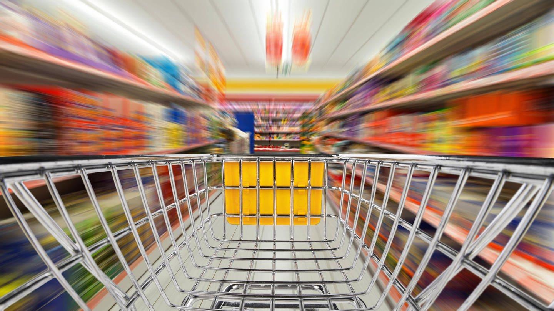 Einkaufswagen im Supermarkt (Foto: Imago, imago images / Panthermedia)