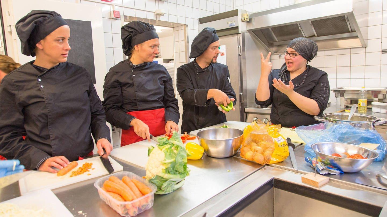 Erster inklusiver Ausbildungsjahrgang für Nicht-Hörende, Hörende und Schwerhörige in der Gastronomie m Gehörlosenzentrum in Frankfurt am Main (2014) (Foto: Imago, imago stock&people)