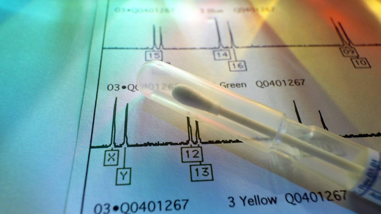 Gentest: DNA -Tupfer liegt auf genetischen Testergebnissen (Foto: Imago, imago/Science Photo Library)