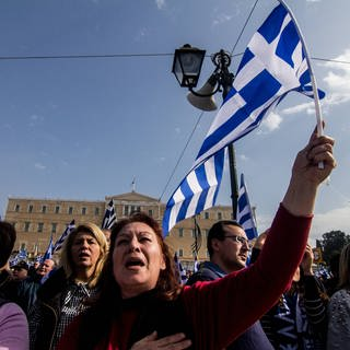 Greece: Demonstrate against the use of Macedonia A woman is seen singing the Greek Anthem during the demonstration (Foto: Imago, Kostas Pikoulas)
