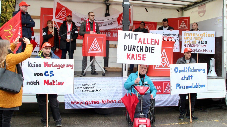 In Schwäbisch Gmünd stehen Mitarbeiter des Autozulieferers Bosch bei einer Protestaktion am 8.11.2019 mit Transparenten vor dem  Werk und protestieren gegen einen geplanten Stellenabbau (Foto: dpa Bildfunk, picture alliance/Jonas Silbernagel/dpa)