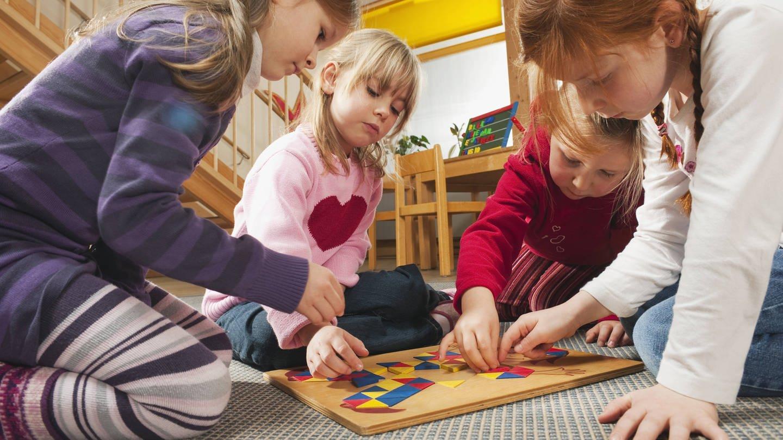 Kinder spielen zusammen (Foto: Imago, imago/Westend61)
