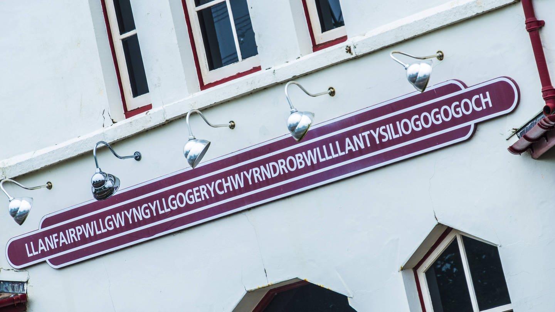 Llanfairpwllgwyngyllgogerychwyrndrobwllllantysiliogogogoch station sign. (Foto: Imago,  Bill Allsopp/LOOP IMAGES)