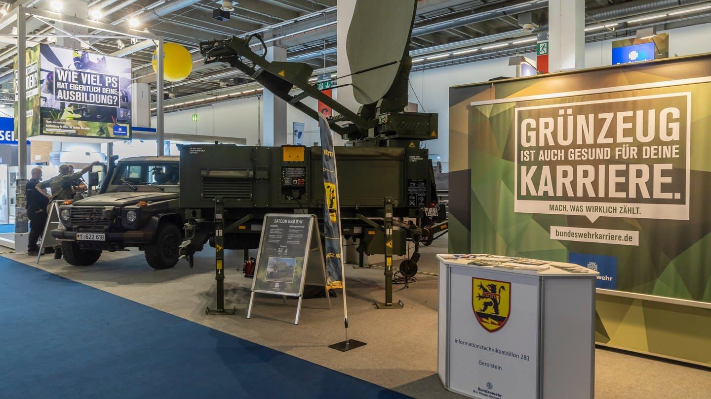 Nachwuchswerbung der Bundeswehr auf einer Messe (Foto: Imago, imago images/Arnulf Hettrich)
