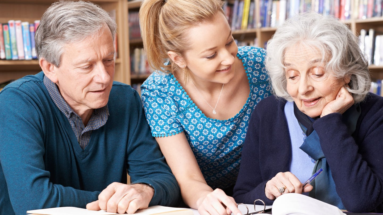 Senioren lernen mit Lehrerin (Foto: Imago, imago images/ingimage)