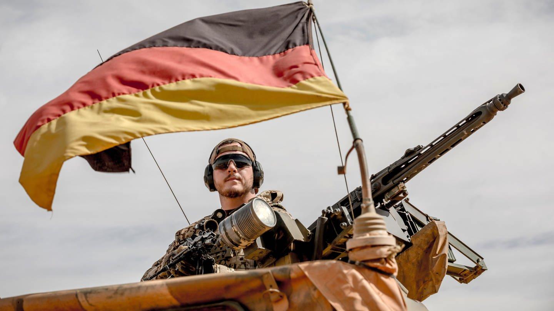 Soldat der Bundeswehr am Flughafen Gao im Norden Malis (Foto: picture-alliance / Reportdienste, picture alliance/Michael Kappeler/dpa)