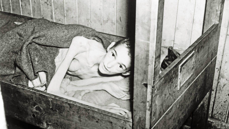 Ein an Typhus erkrankter Überlebender des KZ Bergen-Belsen nach der Befreiung des Konzentrationslagers am 15. April 1945 durch britische Truppen (Foto: Imago, imago/Reinhard Schultz)