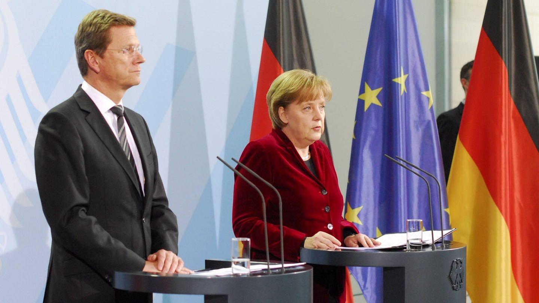 Bundesausenminister Guido Westerwelle (FDP) und Bundeskanzlerin Angela Merkel (CDU) während einer Pressekonferenz am 14.3.2011 zur Lage in Japan nach der Atomkatastrophe in Fukushima und zur Laufzeitverlängerung Deutscher Atomkraftwerke (Foto: Imago, imago/Seeliger)