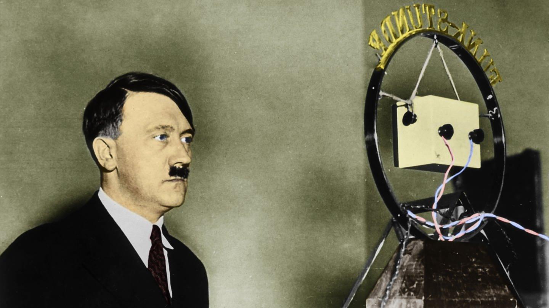 Erste Rundfunkrede des Reichkanzlers Adolf Hitler. Er verliest am 1. Februar 1933 am Mikrofon den im Kabinett beschlossenen