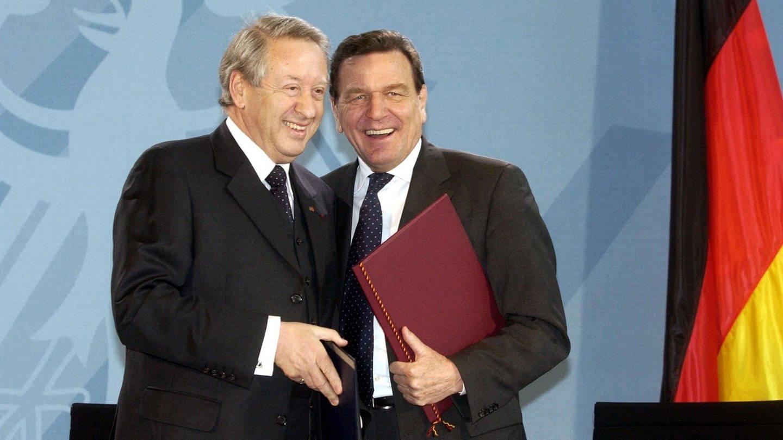 Bundeskanzler Gerhard Schröder (r) und der Präsident des Zentralrates der Juden in Deutschland, Paul Spiegel, tauschen am 27.1.2003 in Berlin den Staatsvertrag aus, den sie zuvor unterzeichnet haben. Mit dem Vertrag soll der Zentralrat für seine sozialen und religiösen Aufgaben drei Millionen Euro im Jahr erhalten.