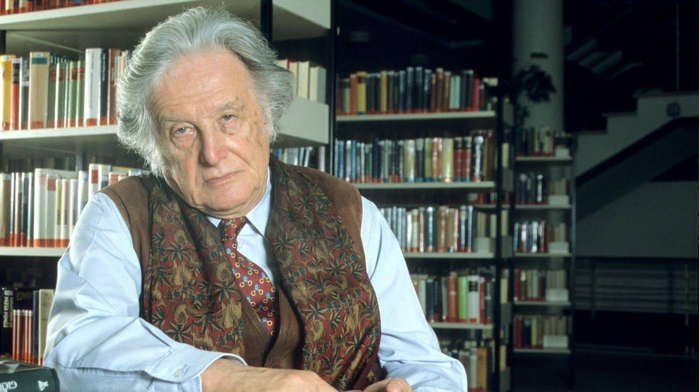 Ralf Giordano (1923 - 2014), Journalit und Schriftsteller, 1998 vor einem Bücherregal sitzend