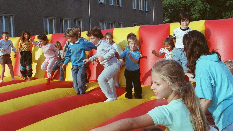 Spielende Kinder eines Wohnheims für ausländische Bürger in Köpenick-Hessenwinkel bei einem Kinderfest im Oktober 1991. Rund 300 jüdische Bürger aus der gesamten UdSSR leben hier. Sie haben Kontingent-Flüchtlingsstatus.