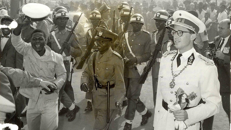 König Baudouin von Belgien (1930 - 1993) geht am 30. Juni 1960 bei der Unabhängigkeitsfeier in Leopoldville, dem heutigen Kishasa, Hauptstadt der Demokratischen Republik Kongo, durch eine jubelnde Menschenmenge (Foto: Imago, imago images / Belga)