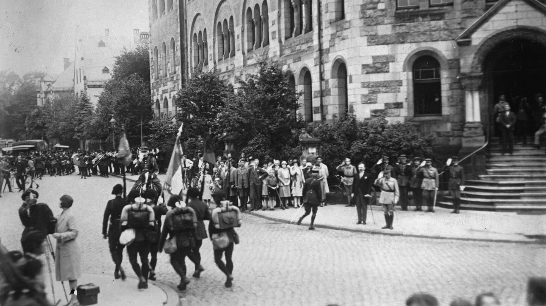 Die letzten Truppen der Allierten ziehen aus Trier aus. Im Vordergrund grüßend General Dupois, 27. Juni 1930 (Foto: picture-alliance / Reportdienste, picture alliance / IMAGNO/Austrian Archives (S))