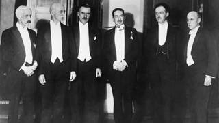 Die Nobelpreisträger 1929 in Stockholm. Von links nach rechts: Frederick Gowland Hopkins, Arthur Harden, Thomas Mann, Hans Von Euler, Prince Louis de Broglie of Paris, Owen W. Richardson.  (Foto: picture-alliance / Reportdienste, picture alliance/Everett Collection)