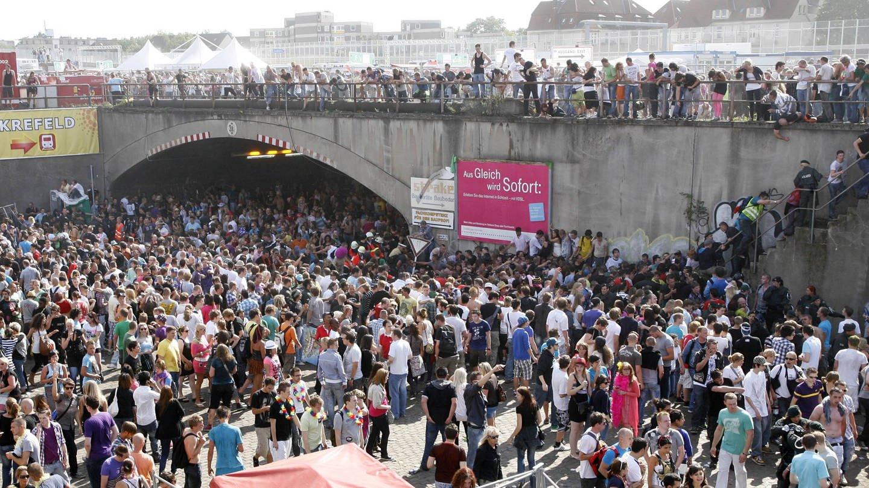 Massenpanik: 21 Tote bei Loveparade 2010 in Duisburg   24
