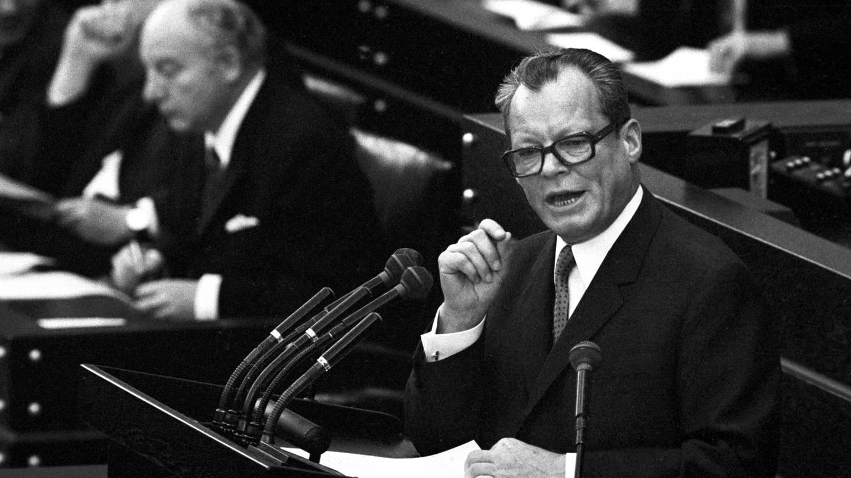 Bundeskanzler Willy Brandt gibt am 28. Oktober 1969 vor dem Deutschen Bundestag in Bonn eine Regierungserklärung ab.