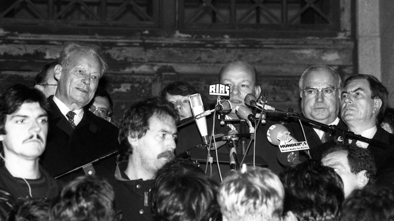 Walter Momper (Mitte, SPD, Regierender Bürgermeister Berlin) neben Bundeskanzler Helmut Kohl (2.v.re., CDU) und Willy Brandt (li., SPD) während einer Kundgebung vor dem Schöneberger Rathaus in Berlin am 10.11.1989