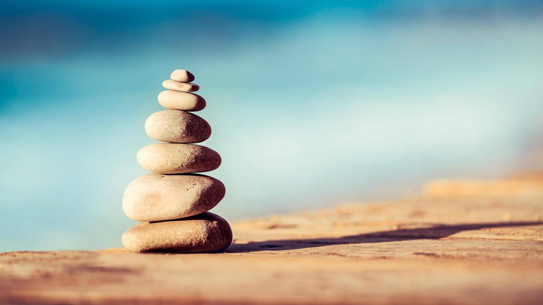 Steinstapel: Hochstapler wollen mehr sein, als sie sind. Andere stapeln nicht hoch-, sondern tief: Sie sind zwar erfolgreich, glauben aber, nur Zufälle oder glückliche Umstände seien dafür verantwortlich. Sie fürchten ständig, als Hochstapler entlarvt zu werden. Dahinter steckt das sogenannte Impostor-Syndrom.