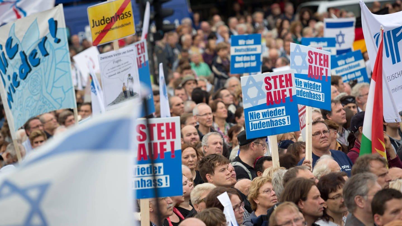 Mehrere tausend Menschen haben sich am Sonntag, 14.9.2014, am Brandenburger Tor in Berlin versammelt, um gegen Judenhass in Deutschland und Europa zu protestieren. Initiiert wurde die Demonstration unter dem Motto