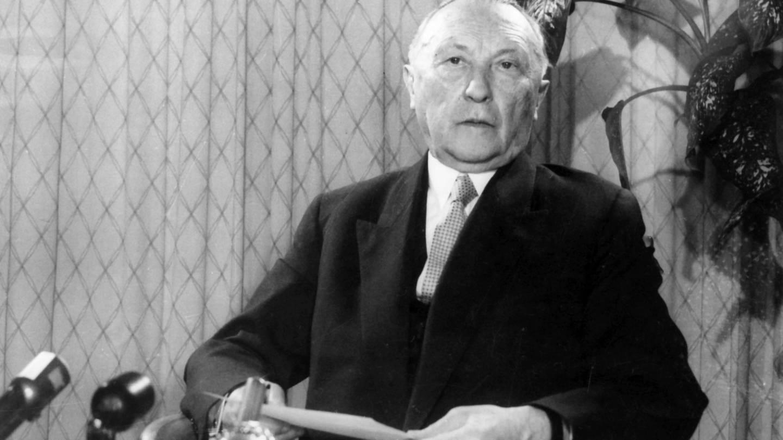 Bundeskanzler Konrad Adenauer am 08.04.1959 in einer Rundfunk- und Fernsehansprache. (Foto: picture-alliance / Reportdienste, Kurt Rohwedder)