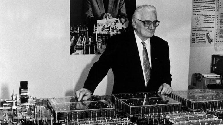Konrad Zuse mit seinem Nachbau des sogenannten Z1 (1989) (Foto: picture-alliance / dpa, picture-alliance / dpa -)