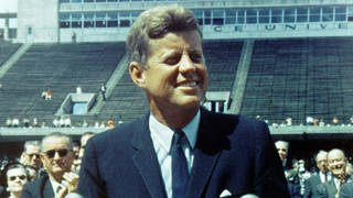 US-Präsident John F Kennedy bei seiner Rede über die Möglichkeiten einer Mondmission im Stadion der Rice University am 12. September 1962 (Foto: picture-alliance / Reportdienste, picture alliance / Photo12/Ann Ronan Picture Librar)