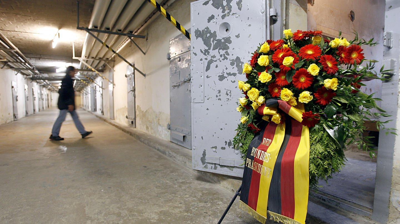 sogenannten U-Boot. Das Staatsoberhaupt informierte sich in dem ehemaligen Stasi-Gefängnis über das Wirken der Staatsicherheit der DDR und über die unmenschliche Unterbringung und Behandlung von Häftlingen.