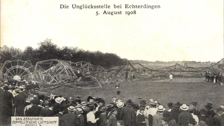 Zeppelin-Unglück in Leinfelden Echterdingen 1908. Das Luftschiff LZ 4 verunglückt bei einer Notlandung. Tote sind zum Glück nicht zu beklagen.