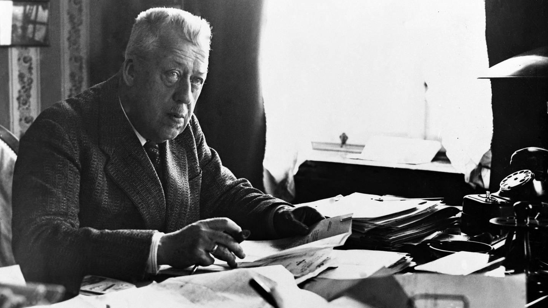 Hugo Eckener (1868 - 1954), Nachfolger von Ferdinand Graf von Zeppelin, 1936 am Schreibtisch