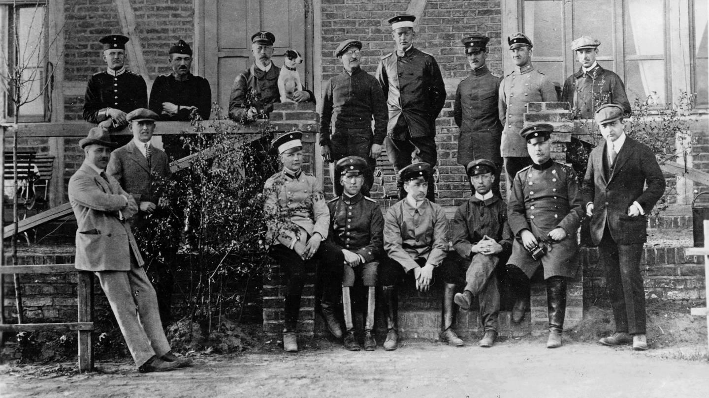August Euler (1868 - 1957, hier mit Brille) mit Schülern der von ihm gegründeten Fliegerschule in Griesheim bei Darmstadt, neben ihm (mit Hund) Prinz Heinrich von Preußen. Foto um 1910
