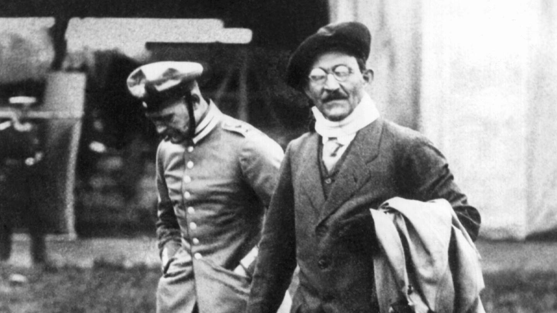 Der Luftfahrtpionier August Euler (vorn) während des Ersten Weltkriegs. Er war der Inhaber des ersten deutschen Flugzeugführerscheins. 1912 unternahm er mit seinem Doppeldecker, dem